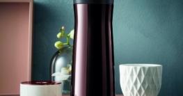 """txn. Edles Accessoire für unterwegs: Der Isolierbecher """"Impulse"""" von WMF wurde speziell für den Coffee to go entwickelt und ist deutlich eleganter als der typische Pappbecher. Foto: WMF/txn"""